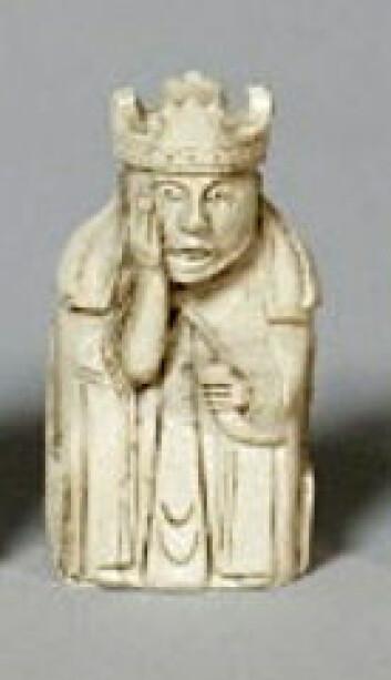 Noen av dronningfigurene i de gamle sjakkbrikkene fra Isle of Lewis har drikkehorn i hånden. Det var starten til forskerens interesse for drikkehorn. (Foto: National Museum of Island)