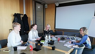 Leder for Scholars at Risk Norge, Karen-Lise Scheie Knudsen bakerst til venstre og Marit Egner bakerst til høyre i styremøte.