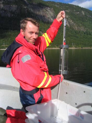NIBIO-forsker Hallvard Jensen tar opp vannprøver i Fyresvatnet i Telemark. (Foto: Johnny Aketun)