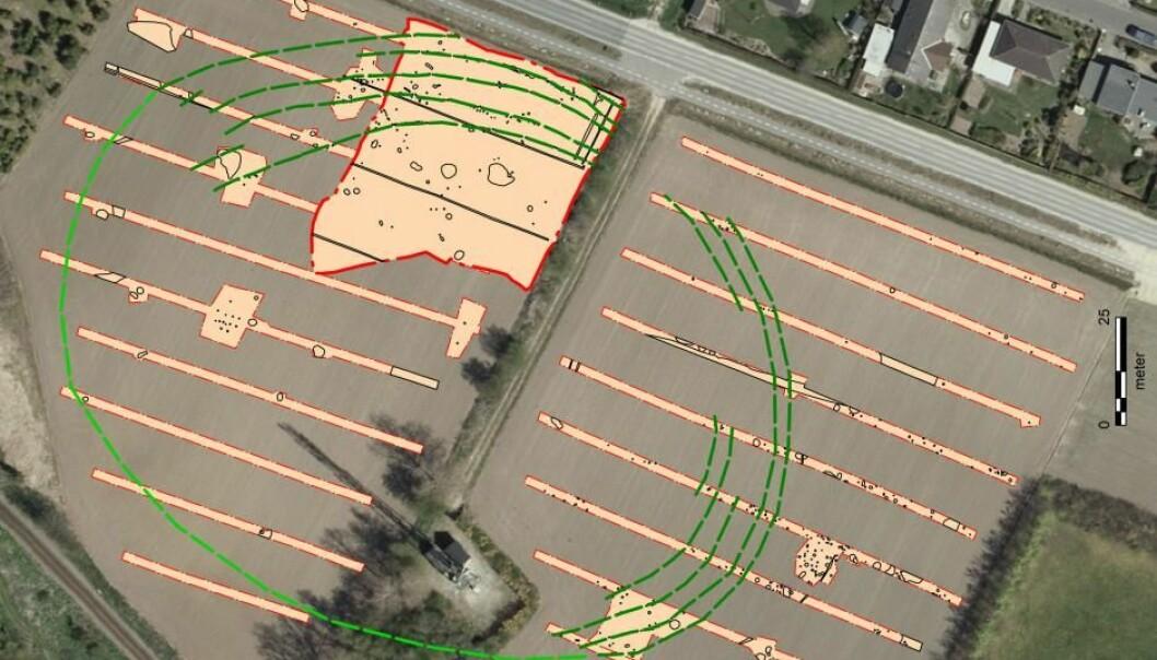 De mørkegrønne stiplede linjene indikerer hvor forskerne ut fra søkegrøfter og virkelig utgraving – markert med rødt – tror at palisadeforløpene har ligget. Lysegrønn stiplet linje markerer manglende funn.  (Illustrasjon: Geodatastyret/Pernille Rohde Sloth)