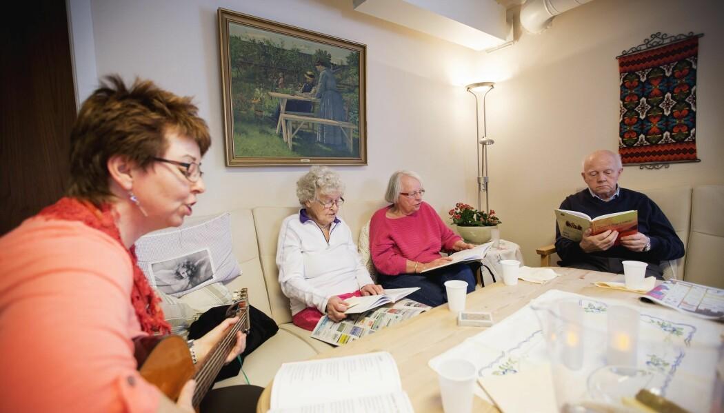 Rundt omkring i landet blir eldre aktivisert gjennom blant annet sang, høytlesning og samtaler. Dagtilbudet varierer fra kommune til kommune og bidrar til bedre livskvalitet for de eldre. (Foto: Martin Lundsvoll)