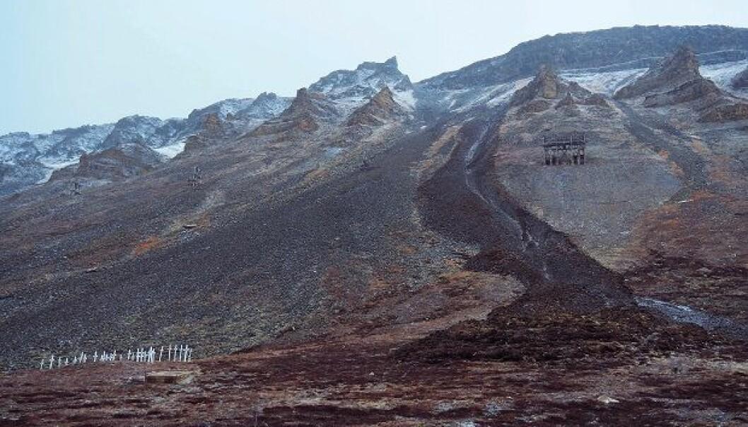 På grunn av regnbyger og et islag halvannen meter inn i fjellskrenten, skled 5000 kubikkmeter slam og mudder rett forbi kirkegården i Longyearbyen på under ett minutt.  (Foto: Ole Humlum)