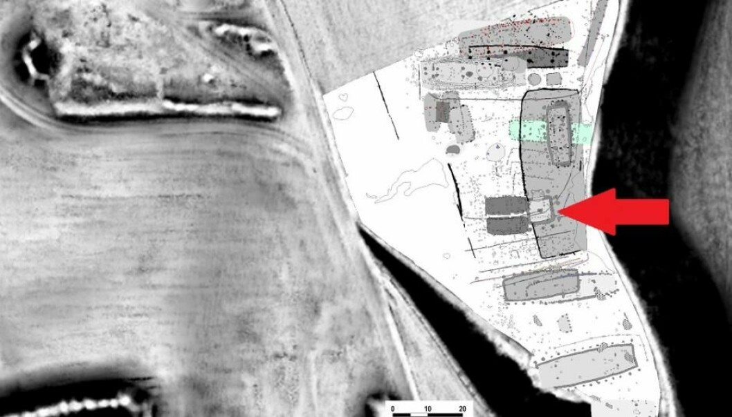 Her ser vi den sørlige og høytliggende delen av boplassen ved Toftum Næs. Pilen indikerer stedet der tårnet var plassert.  (Illustrasjon: Kamilla Fiedler Terkildsen/videnskab.dk)