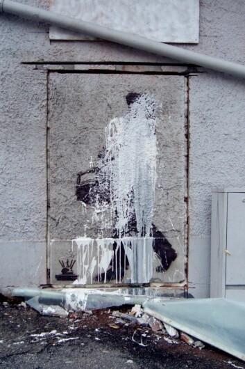 «Buekorpsgutten» av Dolk var i ferd med å bli skjært ut av veggen hvor det var malt. Før det ble fjernet rakk noen å kaste maling over hele verket. (Foto: Walter Wehus / Motveggen.com)