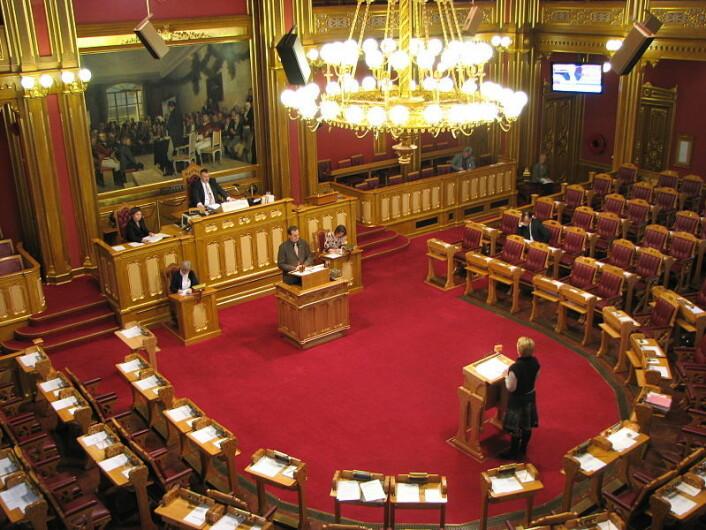 Spørretimen i Stortinget 22. november 2002, Olje og energiminister Åslaug Haga (Sp) svarer på spørsmål fra Ketil Solvik-Olsen (FrP) (Foto: Lars Røed Hansen/ Wikimedia Commons)
