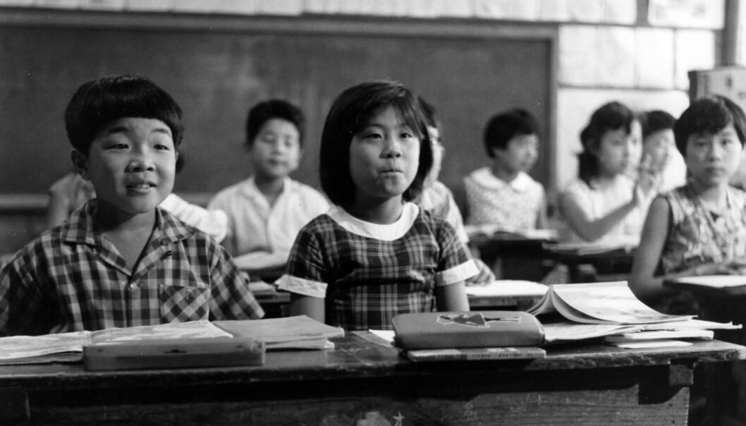 Amerikanske forskere mottok 44 vitenskapelige nobelpriser i løpet av 1990-tallet. Det store flertallet gikk til folk av vestlig avstamning, bare én mottaker stammet fra Japan. Her japanske skolebarn på femtitallet. (Foto: Kurt Schraudenbach, Sueddeutsche Zeitung, NTB scanpix)