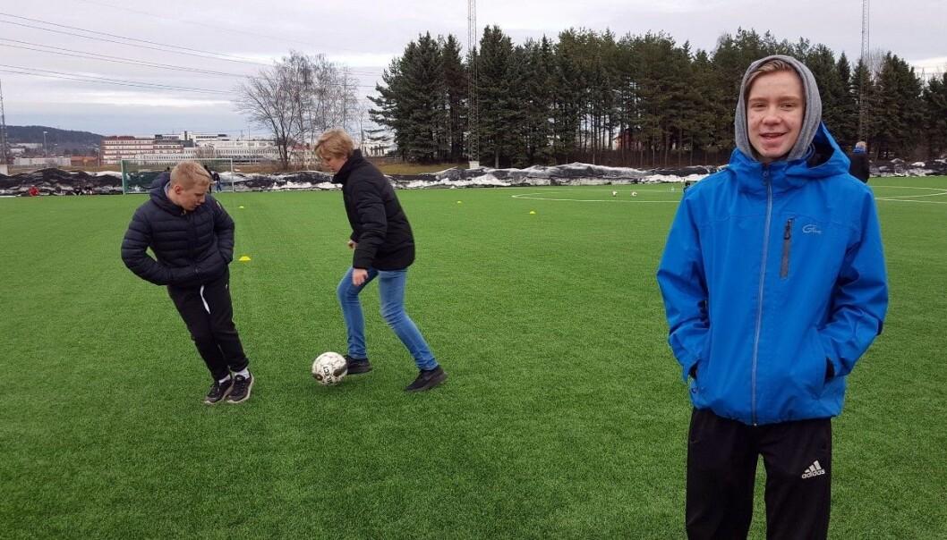 Ole-Jørgen Aarhoug, Sondre Gudmundsønn Wisløff og Eivind Ra har tatt turen til Valle med en ball lørdag ettermiddag. De vil fortsette med idrett så lenge det er gøy. (Foto: Nina Eriksen)