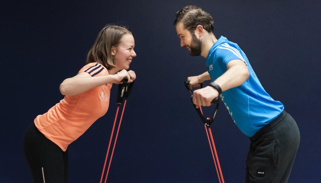 En gang i uken trener Helge Øvreness og samboeren hans, Frøya Homlong, sammen i treningsgruppa Sjukt Sprek på SATS på Bjørvika. Der treffer de andre unge som også har vært gjennom kreftbehandling. (Foto: Sonja Balci)