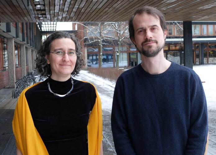 Førstelektor Karoline Fægri og universitetslektor Svein Tveit fra Skolelaboratoriet i kjemi på Universitetet i Oslo. (Foto: Eivind Torgersen)