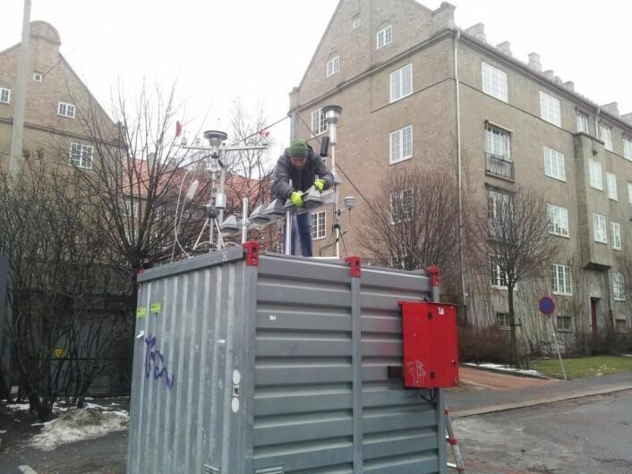 Senioringeniør Franck Dauge fra NILUs avdeling for måle- og instrumentteknologi monterer AQMesh-sensorene på toppen av luftkvalitetsmålestasjonen i Kirkeveien i Oslo. (Foto: NILU)