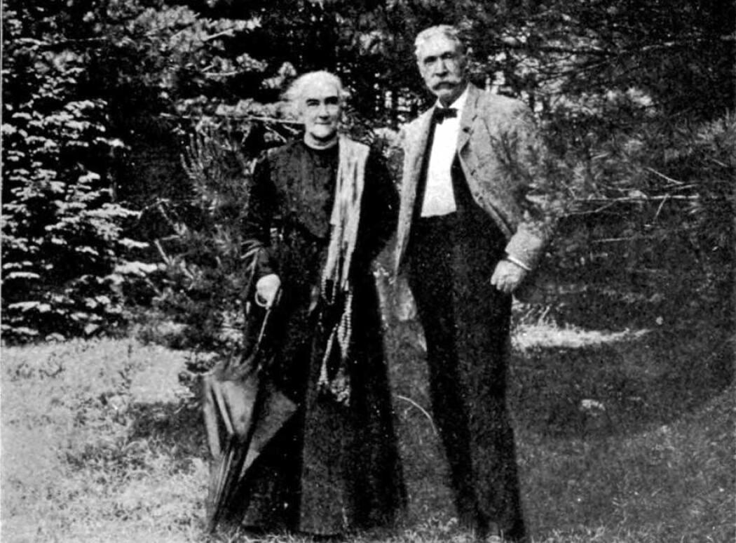I 1875 analyserte den amerikanske kjemikeren, Ellen Swallow Richards, mineralet samarskitt hvor hun fant en uidentifiserbar rest. Den skulle vise seg å bestå av  to nye grunnstoffer, nemlig samarium og gadolinium. (Foto fra: The Life of Ellen H. Richards av Caroline L. Hunt / Wikimedia commons)