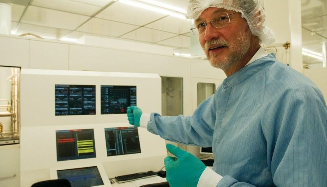 Bengt Svensson lager nå fremtidens solceller av nanomaterialer som skal fange opp både det røde og det blå spekteret fra sollyset. Da kan effektiviteten dobles. Solcellene skal dessuten bli miljøvennlige og bare lages av materialer som det finnes mye av på Jorda.  (Foto: Yngve Vogt)