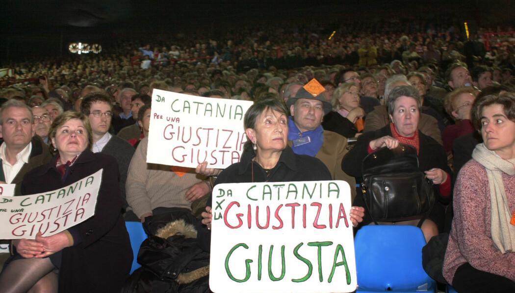 Opprullingen av omfattende korrupsjon i statsapparatet satte dype spor i det italienske samfunnet. I 2002 markerte innbyggere i Milano at det var ti år siden etterforskningen begynte. (Foto: Antonio Calanni/AP/NTB scanpix)