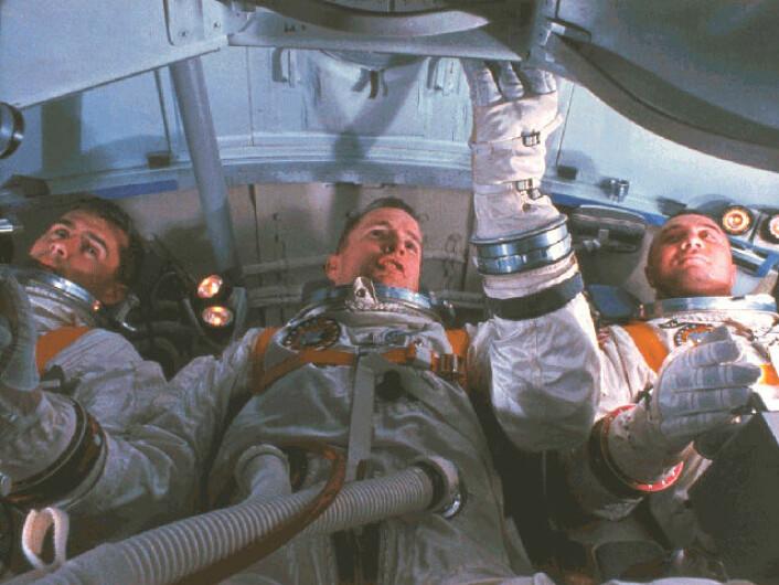 Mannskapet på Apollo 1 under simulatortrening, åtte dager før den tragiske brannen. Fra venstre: Roger Chaffee, Edward White og Virgil Grissom. (Foto: NASA)