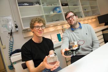 Henrik Riis (t.v.) og Matthias Schrade demonstrerer hvordan en lekebil får energien sin fra telys og en isklump. (Foto: Yngve Vogt)