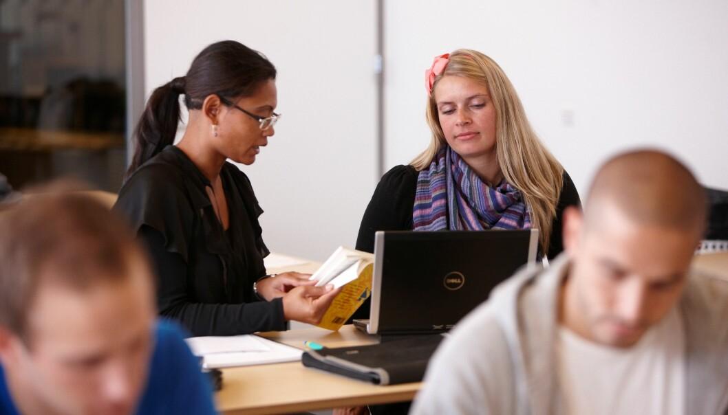 Forelesninger og seminarer er den vanligste undervisningsmetoden på universiteter og høgskoler. Men studentene lærer mer når de er aktive selv. (Foto: Colourbox)