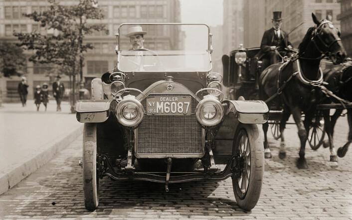 Flere og flere hester i byene laget krise i New York City med skrekkprognoser om flere meter tykke lag hestemøkk. Men så kom ny teknologi og endret hele samfunnsbildet – automobilen. Bildet er fra området rundt Union Square i New York, 1914. (Foto: The Library of Congress)