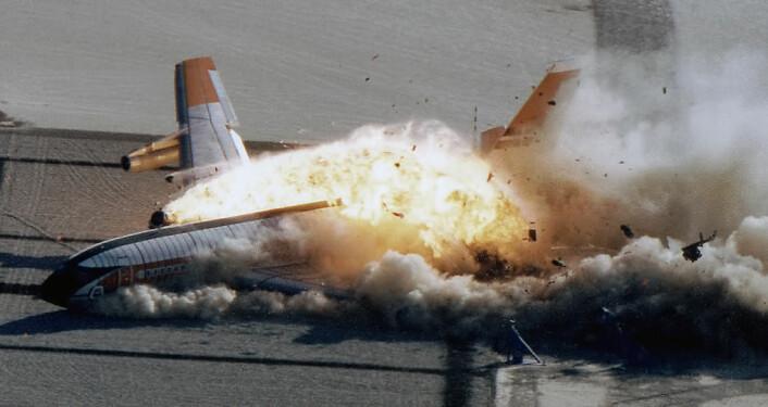 En fatal teknisk svikt er konstruktørens feil. Når økonomien krasjer, er det lettere å bortforklare hvorfor modellene ikke stemmer. Dette bildet er fra et kontrollert krasj gjennomført av NASA på Edwards Air Force Base i 1984. (Foto: NASA)