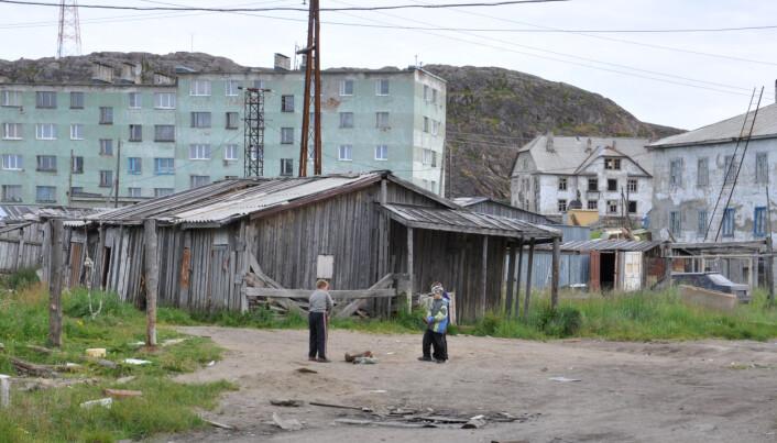 Noen steder spiller fortiden en spesielt stor rolle, som for de som i dag lever med sovjetarven. Her leker barn blant leilighetene fra Khrusjtsjov og Stalins tid. Teriberka, Kolahalvøya, juli 2011. (Photo: Þóra Pétursdóttir)