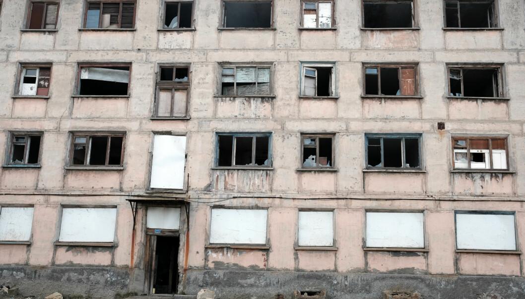 Et nylig forlatt leilighetskompleks i Nikel på Kola-halvøya i Nordvest-Russland. Bygget er et minne om sovjettida som kom og gikk. Burde det bevares som et kulturminne eller burde det rives? (Foto: Bjørnar Olsen)
