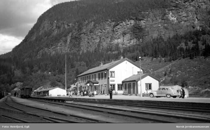 Grong stasjon (Kråangken stasjovne) ca. 1950 med Mediåura i bakgrunnen. (Foto: Egil Reinfjord. Bildet brukes etter avtale med eier, Norsk jernbanemuseums fotosamling)