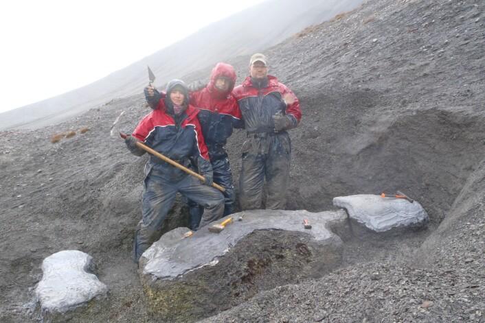 Under utgravingen av Keilhauia nui. Fra venstre: Linn Novis, Bjørn Lund og Tommy Wensås. (Foto: Spitsbergen Mesozoic Research Group)