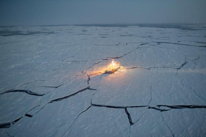 Forskningsskipet RV Lance frøs til i isen nordvest for Svalbard i januar og fulgte drivisen sørover til den smeltet utover våren. Underveis arbeidet forskere fra flere nasjoner og fagfelt med å samle data fra Polhavet, drivisen og atmosfæren. (Foto: Nick Cobbing / Norsk Polarinstitutt)