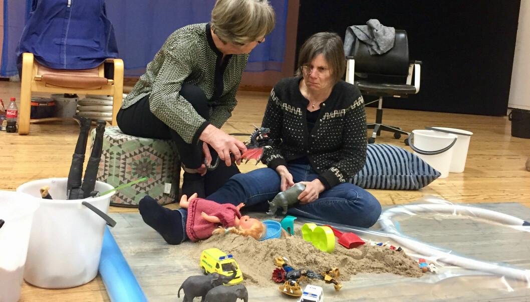 Hanne Haavind (t.v.) improviserer leketerapeut foran skuespillerne sammen med regissør Tyra Tønnessen som etterligner et avvisende barn. (Foto: Marit Råbu)