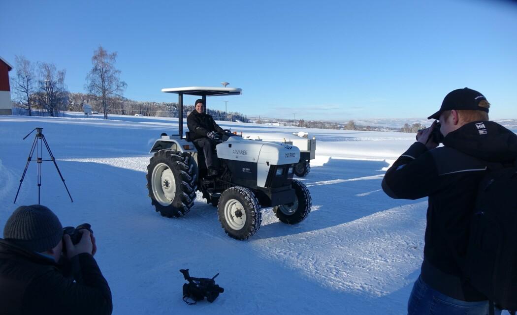 El-traktoren kan samarbeide med flere små ubemannende traktorroboter. Til sammen kan de bli like effektive som én dieseltraktor. Her demonstrerer avdelingsingeniør Håvard J. Lindgaard hvordan traktoren virker. (Foto: Jon Schärer)