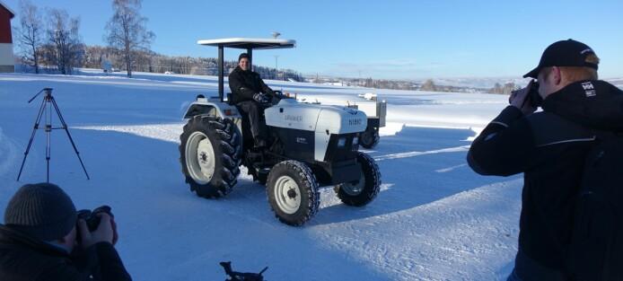 Denne traktoren kan lades opp med solcellepaneler på låvetaket