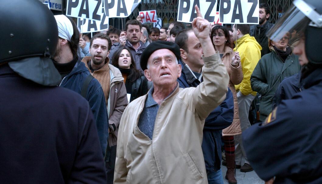 En demonstrant etter terrorangrepet i Madrid i 2004. Hvordan påvirket terrorangrepet valget i Spania like etter, og hvordan kan forskerne finne ut av det?  (Foto: AP Photo, Peter Dejong, NTB scanpix)