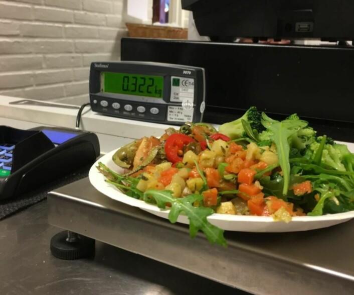 Et måltid, nøye avmålt i en kantine ved Aalborg Universitet. – Jeg har drevet kantineansatte og kolleger som står i kø, til vanvidd ved å finne nøyaktig riktig vekt på lunsjen, forteller Stoustrup. (Foto: Jakob Stoustrup)