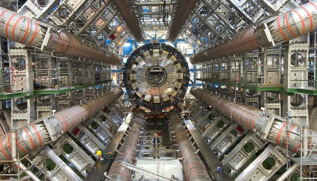 ATLAS-detektoren blir satt sammen. Se mannen i midten av bildet for skala.(Bilde: Maximilien Brice/CC BY-SA 4.0)