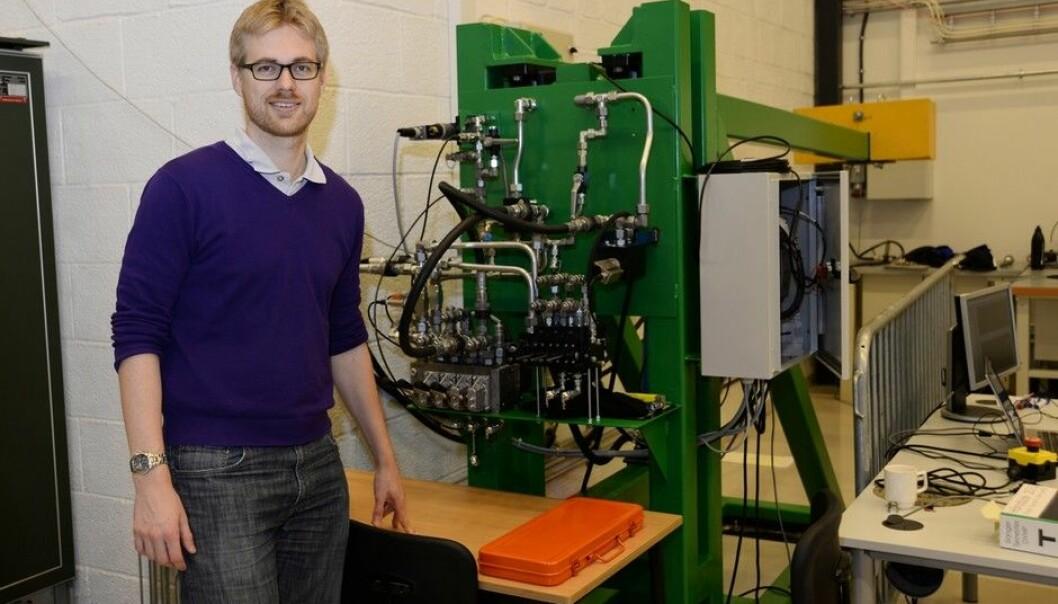 Stipendiat og forsker Jesper Kirk Sørensen har utviklet et nytt styringssystem for offshorekraner.  (Foto: Morten Rosenvinge)
