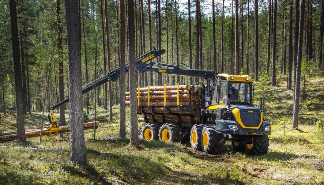 Lassbæreren frakter tømmeret fra hogstplassen og ut til nærmeste vei. Det blir mange turer inn og ut av skogen. Et av målene med OnTrack-prosjektet er å gi minst mulig kjøreskader etter hogst.  (Foto: Ponsse)