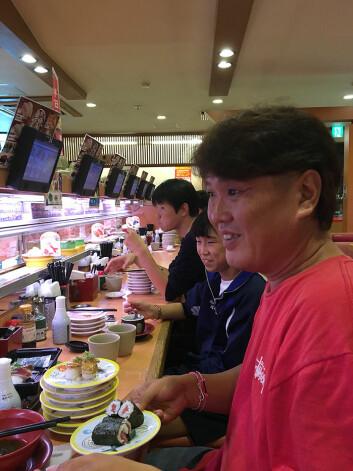 Sushi serveres overalt i Japan, fra fine restauranter til spisesteder som har sushi på transportbånd - kalt kaiten-zushi på japansk. (Foto: Nancy Bazilchuck)