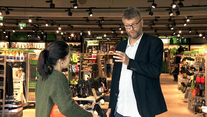 Erik Opsahl hjelper programleder Selda Ekiz med å kle seg opp i en grunnutrustning. (Foto: NRK)