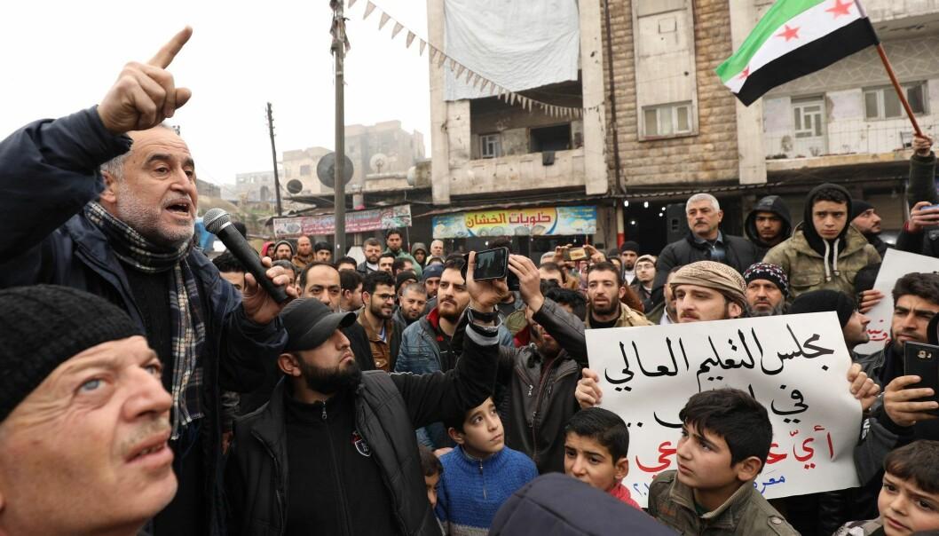 Akkurat som alle andre deler av samfunnet er også universitetssektoren i Syria rammet av krigen. Her fra demonstrasjoner i byen Maaret al-Numan etter at jihadister i 2018 stengte universiteter og skoler i Idlib-provinsen. (Foto: Omar Haj Kadour, AFP, NTB scanpix)