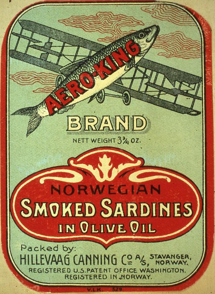 """""""Aero King"""" er et godt eksempel på en Iddis. Hermetikkmuseet har 10 forskjellige utgaver av denne etiketten.Varemerket var eid av United Pure Food i New York og etikettene har blitt trykket av både Bjellands trykkeri og Stavanger Lithografiske anstalt.  På museet sine 10 utgaver, kan vi se at United Pure Food har kjøpt sardiner fra 5 forskjellige fabrikker i Norge. Foto: MUST/ Norsk hermetikkmuseum"""