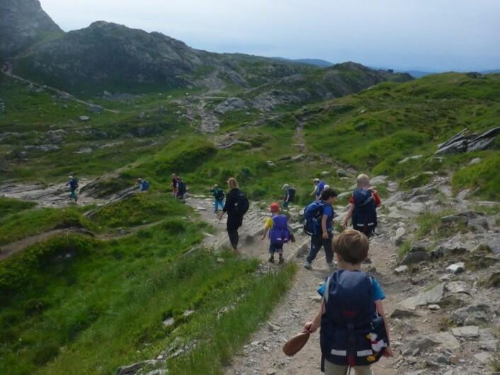 Turer og utendørslek i allslags vær er selvsagte aktiviteter i en norsk friluftsbarnehage. Slik er det ikke alle andre steder. (Foto: Kidsa Øvsttun)