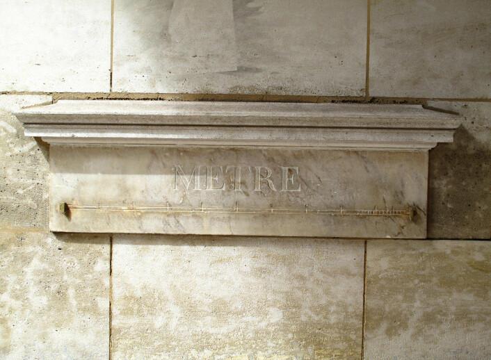"""En av de originale meter-prototypene i Paris. Denne er i Vaugirard i Paris, og ble satt opp på slutten av 1700-tallet. (Foto: Ken Eckert/<a href=""""https://creativecommons.org/licenses/by-sa/4.0/"""">CC BY-SA 4.0</a>)"""