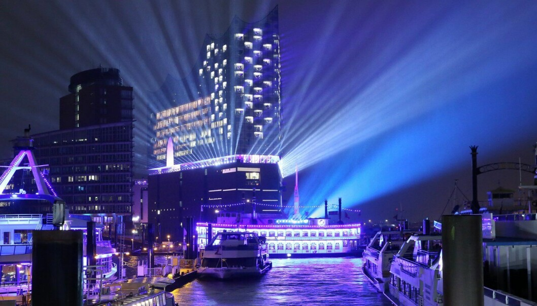 Lys strømmer ut av den nye konsertsalen i Hamburg under åpningen i januar 2017. (Foto: Bodo Marks/DPA/NTB Scanpix)
