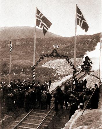 En fattig nasjon temmer fjellet: Bergensbanen sammenkobles ved Ustaoset i oktober 1907. Under salutt kommer toget vestfra. (Foto: Sigvard Heber, Wikimedia Commons, public domain)