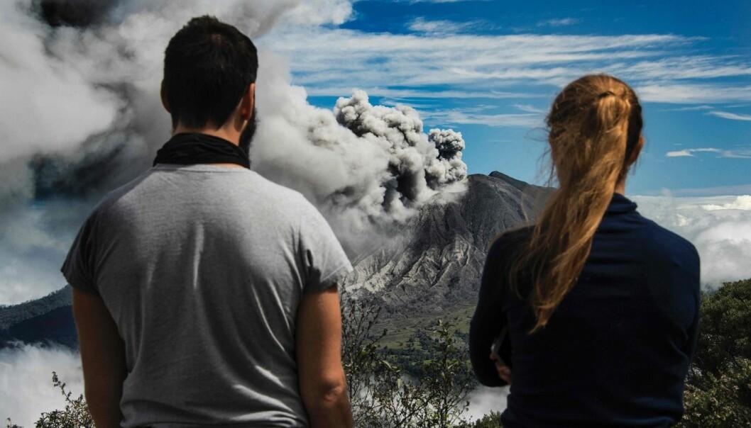 Turister ser på aske som spys ut av Turrialba i Cartago, 35 kilometer øst for San Jose, 6. januar 2017. Costa Ricas myndigheter erklærte et grønt varsel i hele hovedstadsområdet. (AFP PHOTO / Ezequiel Becerra/ NTB scanpix)