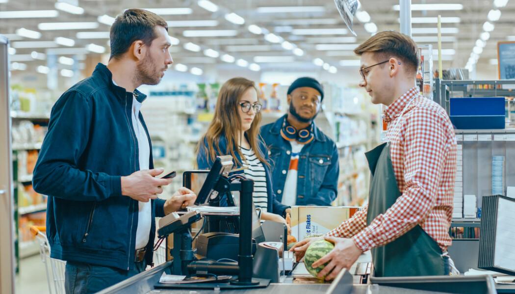 Forsker mener at økningen i salg av søtsaker og brus i butikker uten betjente kasser, skyldes at det er enda enklere og mindre flaut. (Foto: Shutterstock / NTB Scanpix)