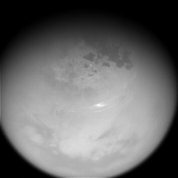 Titan fotografert fra romsonden Cassini den 29. oktober 2016 med telelinse og et filter som slipper gjennom lys i det nær-infrarøde området rundt 938 nanometers bølgelengde. (Foto: NASA/JPL)