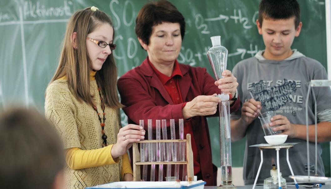 Naturfag har gjeve mange moglegheiter for lærarar og elevar til å gjera forsøk der ting seier pang, skiftar farge eller andre artige ting. Det er ingenting galt med det isolert sett, meiner forskarar, så lenge det ikkje blir nettopp det: isolert. (Illustrasjonsfoto: Colourbox)