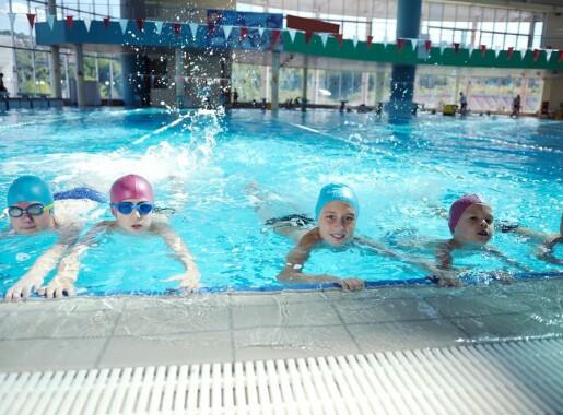 Flertallet av grunnskoleelever sier de ikke klarer svømmekravene. Måler vi dem feil?