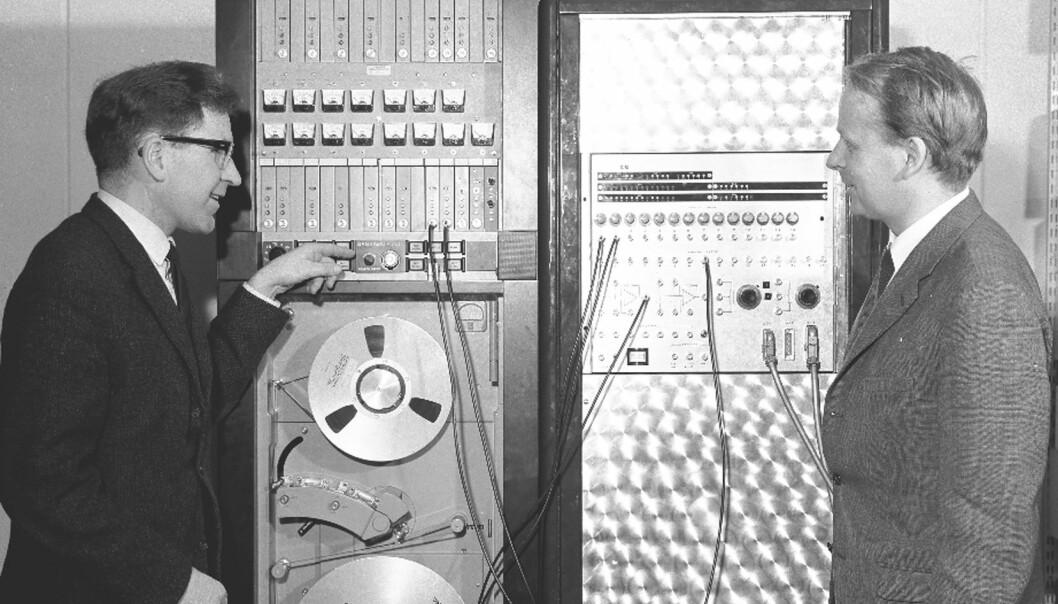 Den unge forskeren Yngvar Lundh (til venstre) står foran datalaboratoriet ved Forsvarets forskningsinstitutt i 1965. Han skulle senere ta del i arbeidet med det store internettet, i samarbeid med forskere fra USA og Storbritannia. (Foto: FFI)