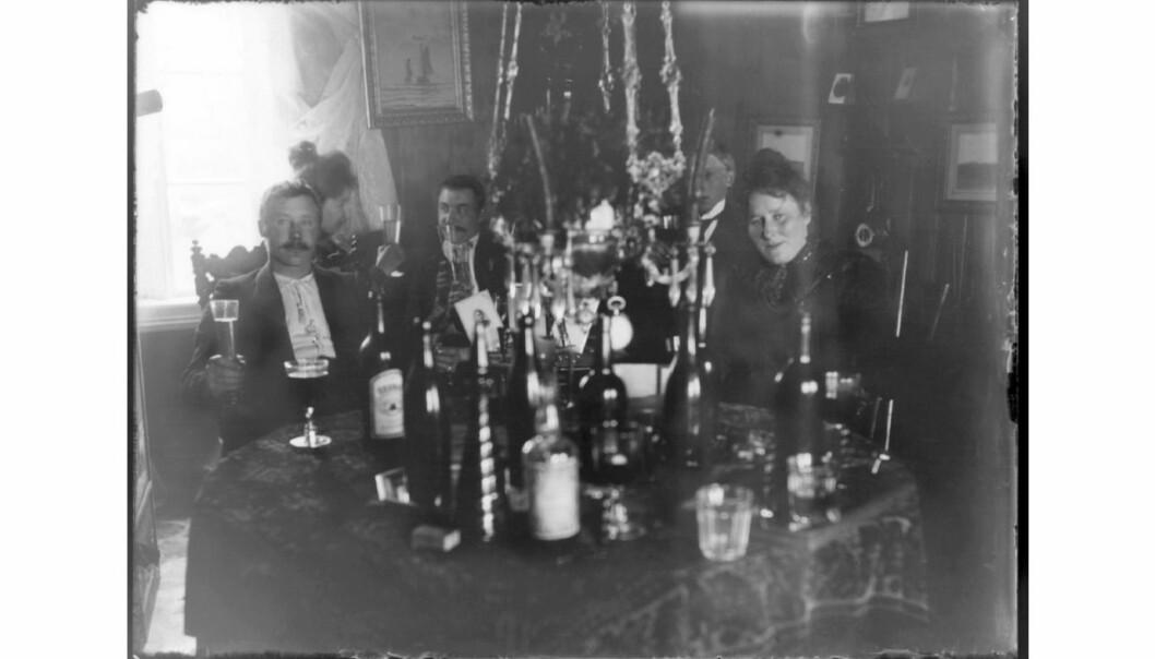 Det manglet ikke på drikkevarer, på denne festen på Birkelund, rundt 1900. Bildet tilhører samlingen til Finnmark fylkesbibliotek.   (Foto: Johannes Øwre)